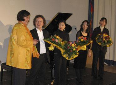Künstler aus Korea spielen Geld ein für Deutsche Schüler